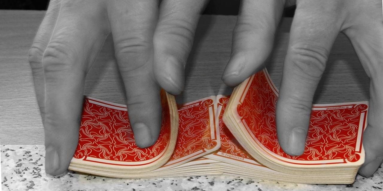 So sieht ein Riffle Shuffle aus: Die beiden Hälften werden ineinander gemischt, das ist auf einem Tisch einfacher als in der Luft.