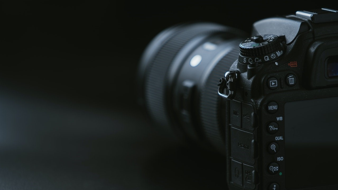 Mit einer Kamera oder einem Spiegel kannst du deine Zaubertricks aus Sicht der Zuschauer sehen.