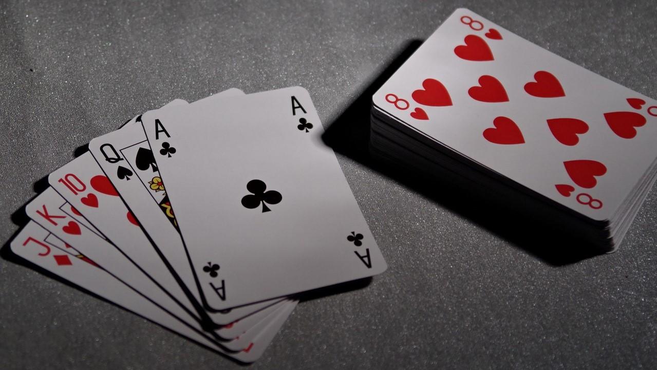 Kartentricks sind ein Klassiker in der Zauberei und können auch von Einsteigern ziemlich schnell erlernt werden.
