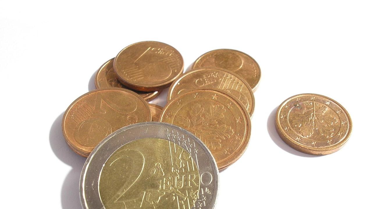 Für diesen Trick sind flache Münzen am besten, eine 5-Cent-Münze ist als besser als zwei Euro.