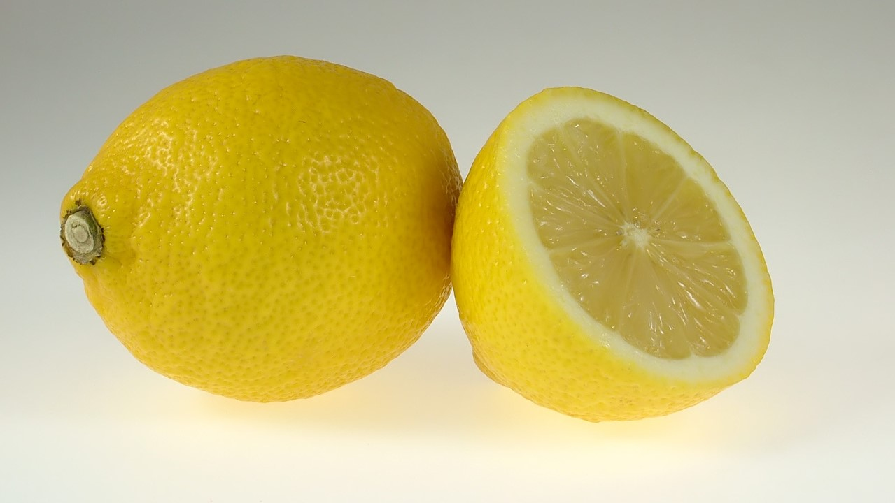 Bei der rechten Zitrone kannst du den Hohlraum in der Mitte erahnen, dort wird der Geldschein versteckt werden.