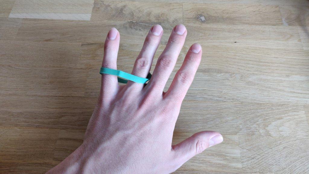 Beim Öffnen der Hand springt das Gummiband blitzschnell von Finger  zu Finger.
