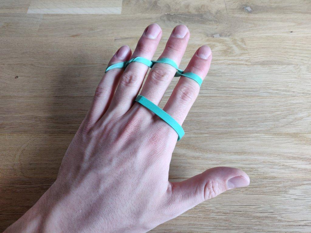 Du kannst sogar noch ein zweites Gummiband um deine Fingerspitzen wickeln.