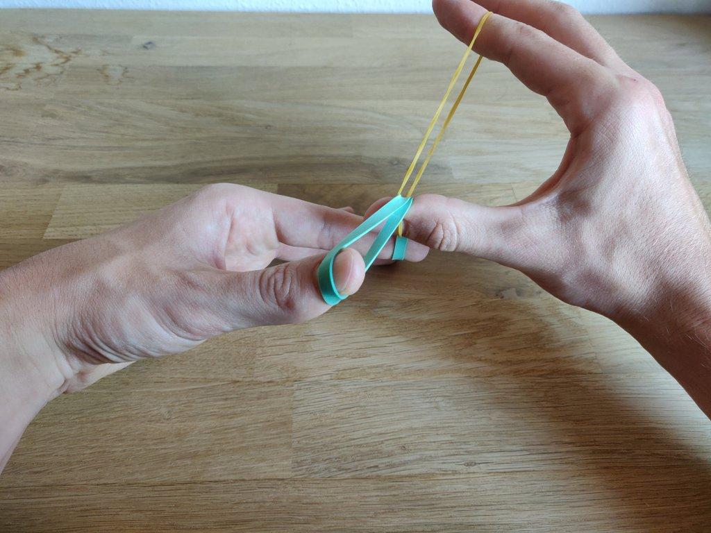 Gleich passiert der Trick und die Gummis werden voneinander gelöst.