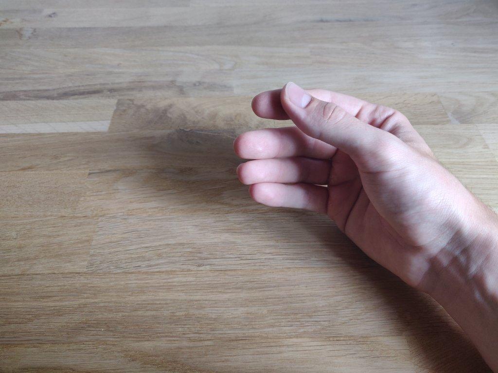 Die Ausgangsposition, der Stift wird dem Daumen und Zeigefinger gehalten.