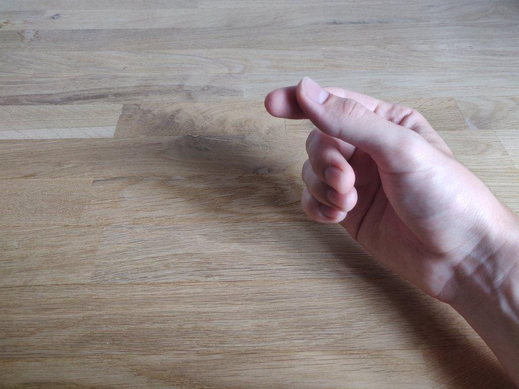 Dein kleiner, Ring- und Mittelfinger werden mit Kraft nach hinten geklappt.