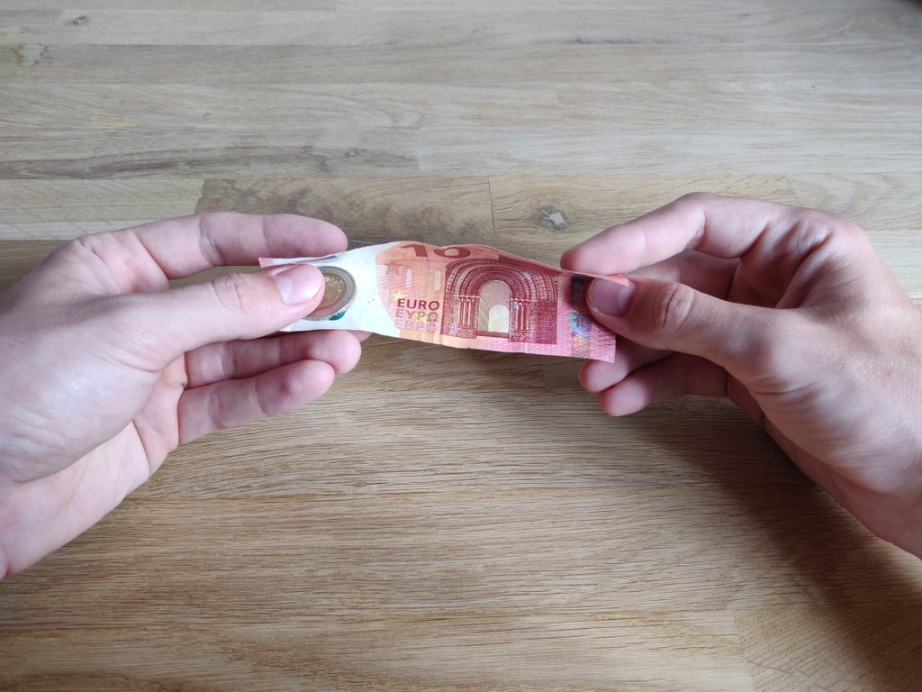 Falte den Geldschein wie gezeigt horizontal in deine Richtung.