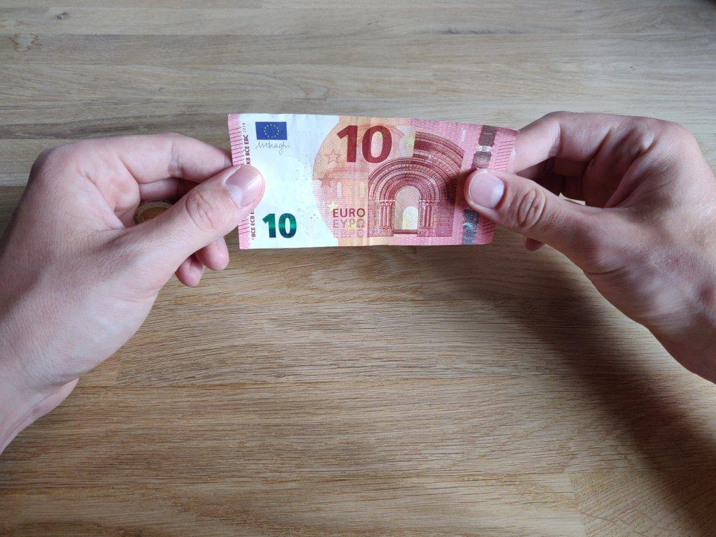 So werden beide Seiten des Geldscheins gezeigt, die Münze bleibt aber unbemerkt.