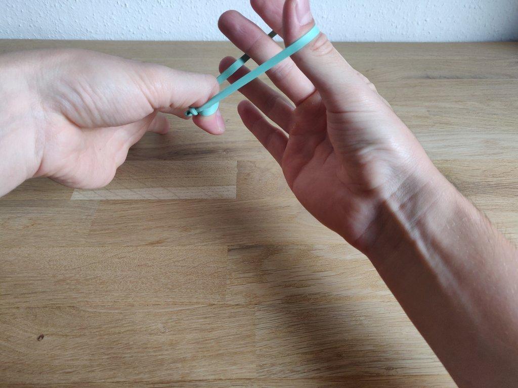 Ziehe deinen Zeigefinger aus der Schlaufe, es bildet sich ein kleiner Knoten.