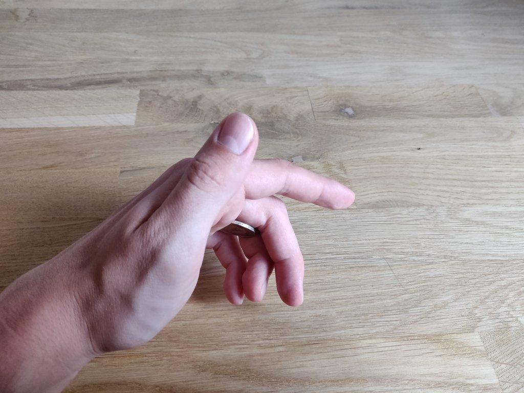 Deinen Daumen und Zeigefinger kannst du trotz der Münze völlig frei bewegen.