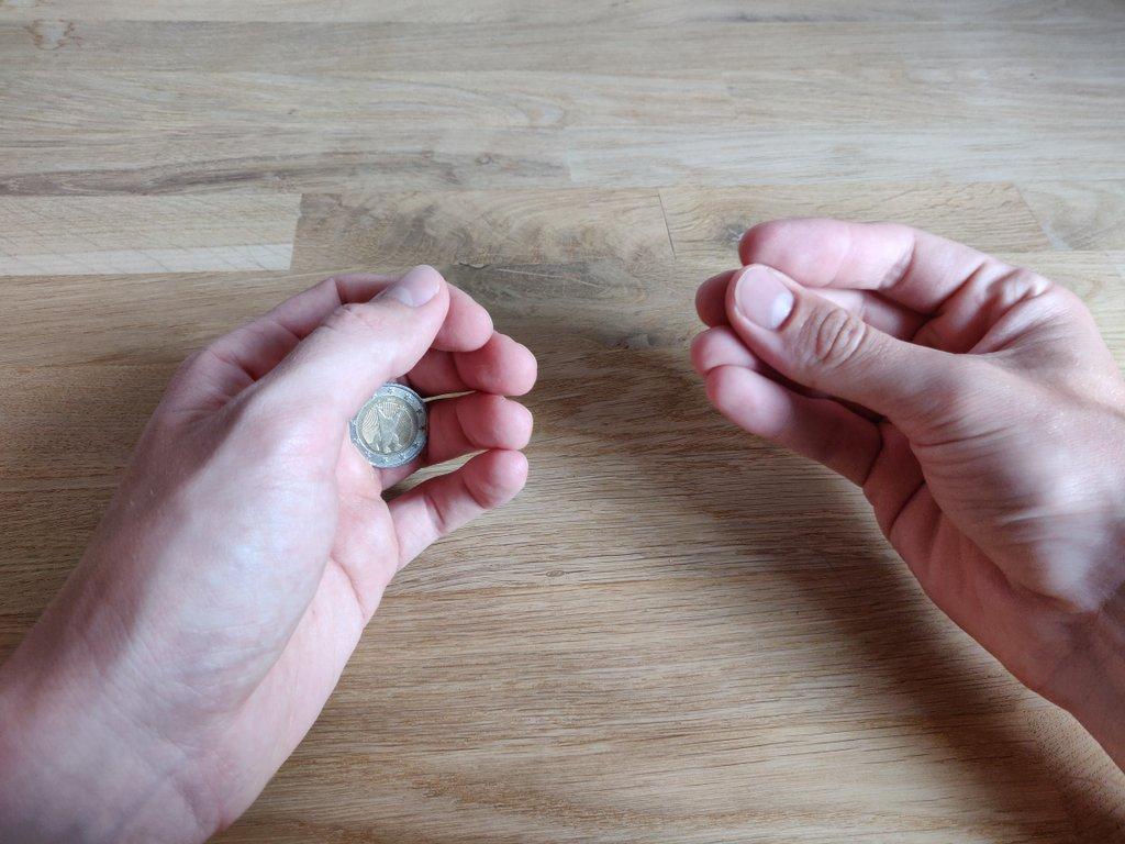Tatsächlich versteckst du sie aber in der linken Hand, die rechte Hand ist leer.