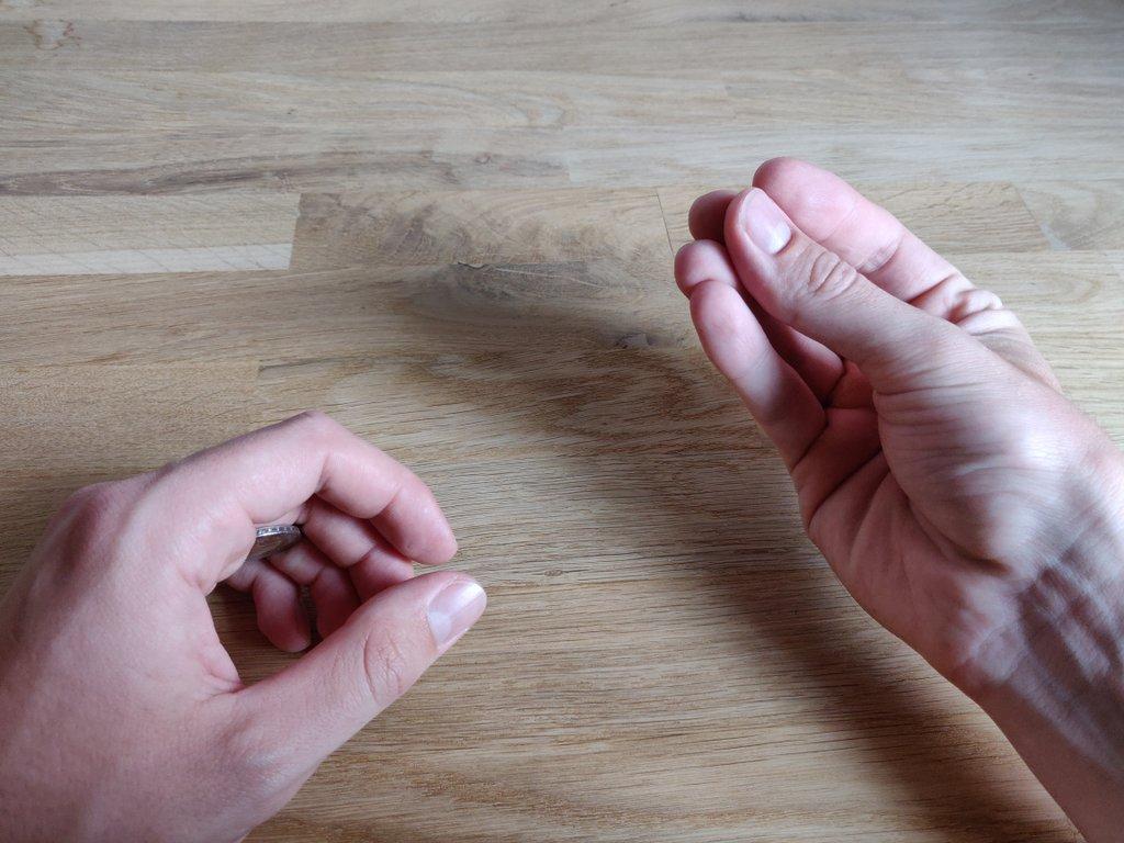 Lasse deine linke Hand langsam fallen, während die rechte Hand nach oben wandert.