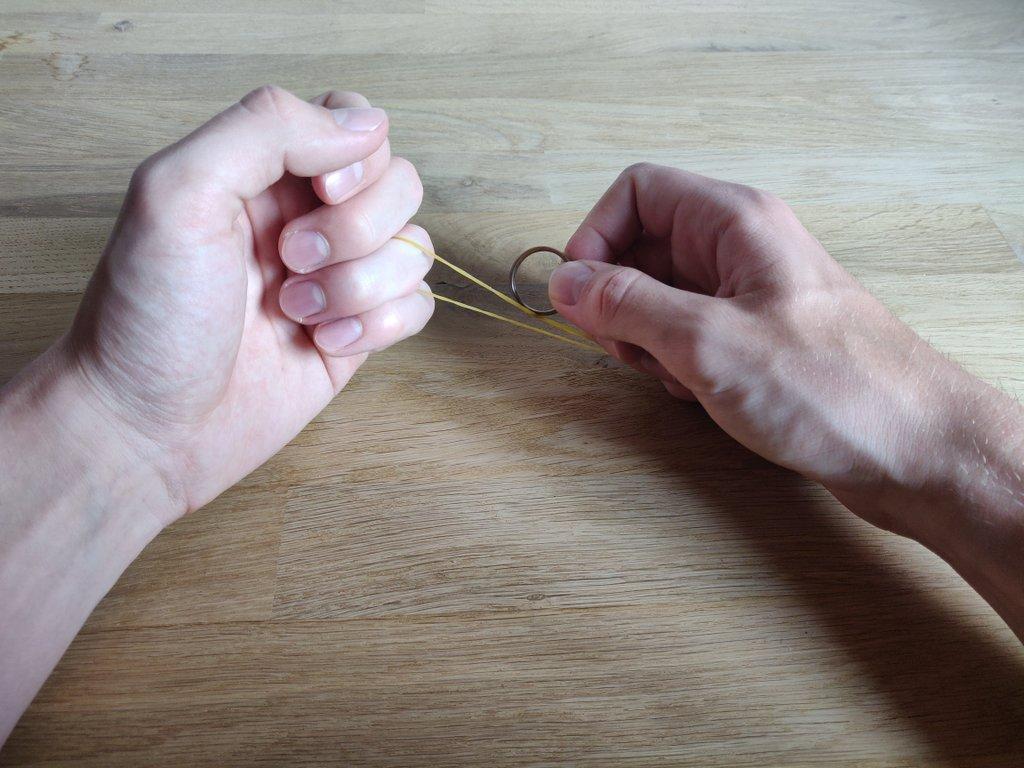 Schlag ein paar Mal mit dem Ring auf das Band, als würdest du es durchdringen wollen.