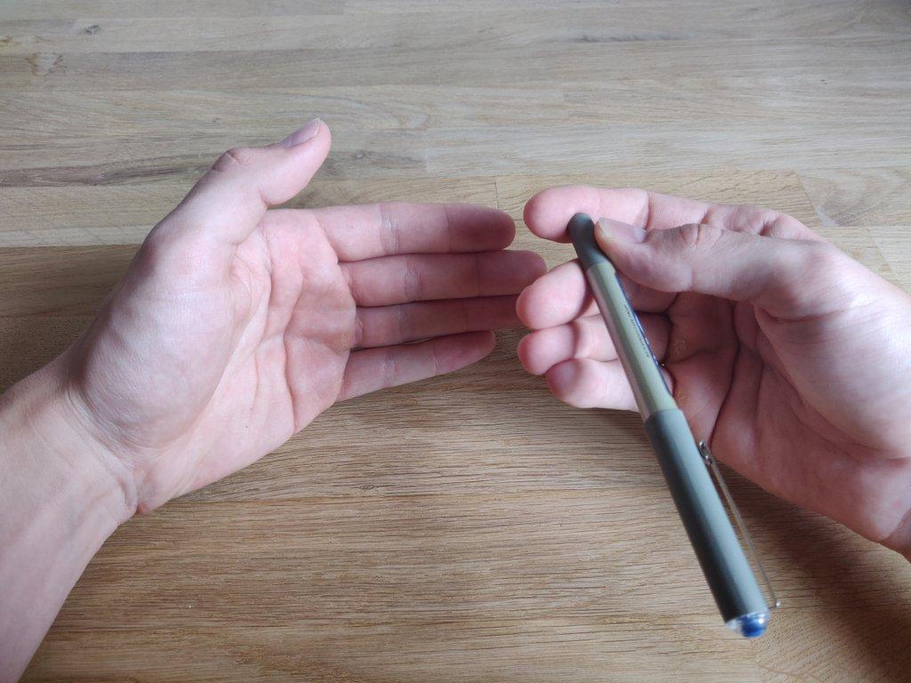 Währenddessen klappst du den Stift nach vorne, achte aber darauf, dass er zu keinem Zeitpunkt gesehen werden kann.