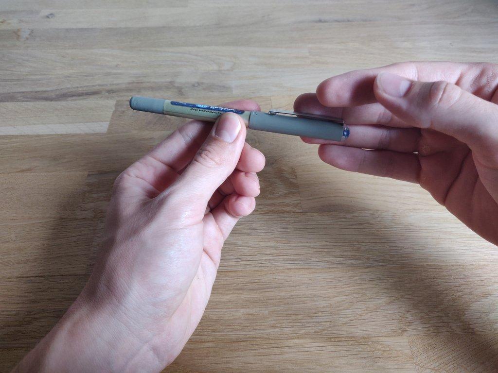 Der Stift erscheint zwischen deinen Fingern.