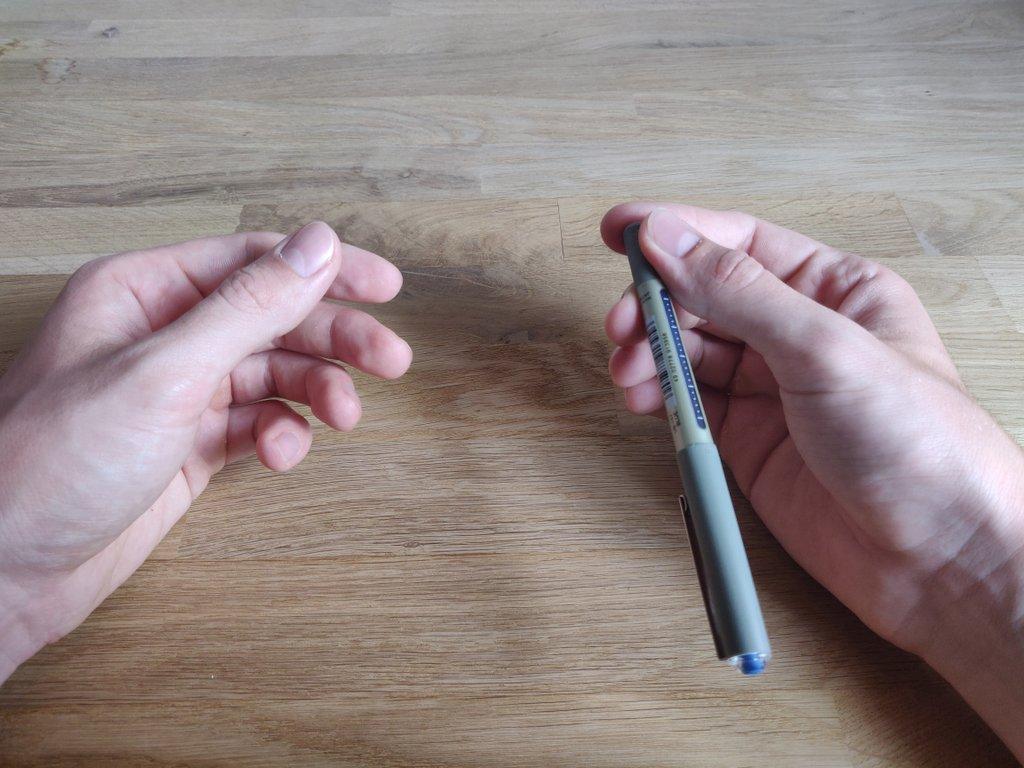 Die linke Hand imitiert die Bewegungen der rechten, ansonsten ist der Trick sofort durchschaubar.