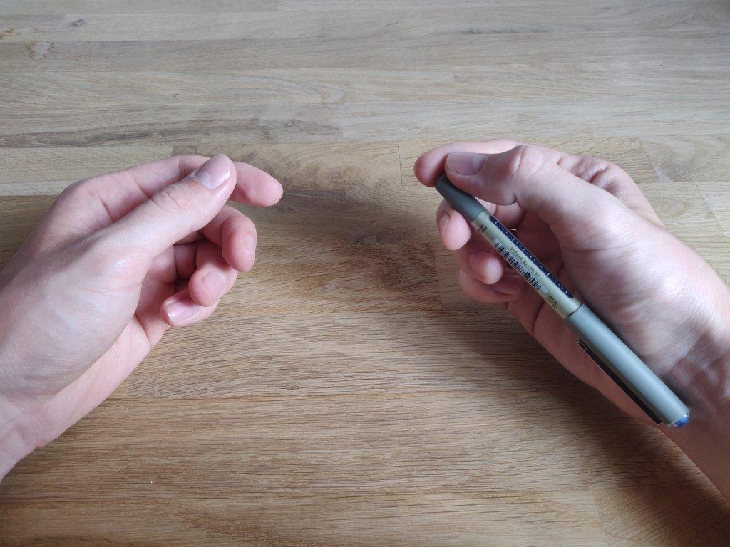 In dieser Position darf der Stift von den Zuschauern nicht mehr gesehen werden (achte auf den richtigen Winkel).