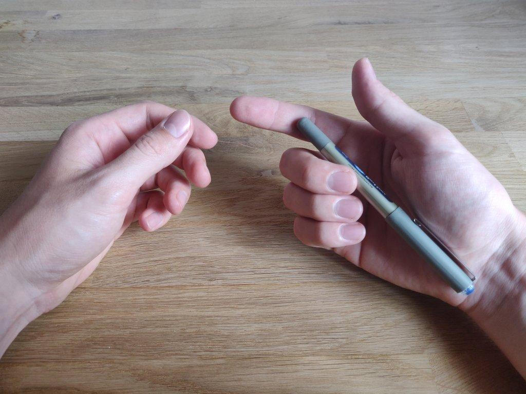 So kannst du den Stift palmieren und beide Daumen dadurch frei bewegen.