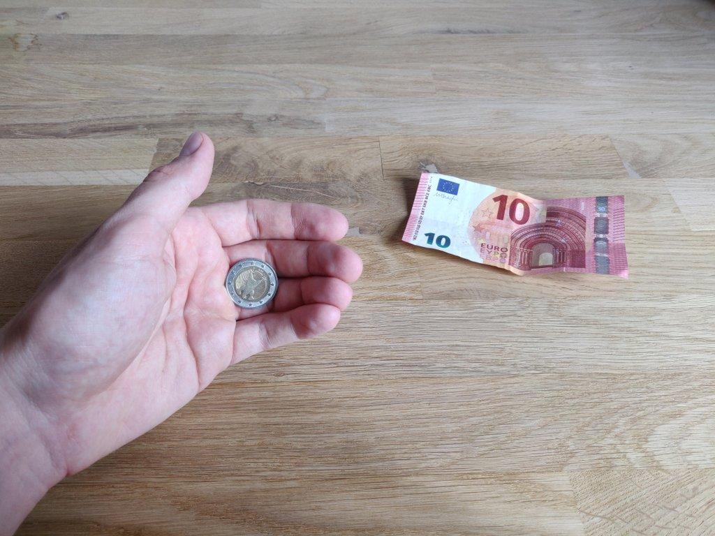 Die Münze wird im Finger Palm versteckt.