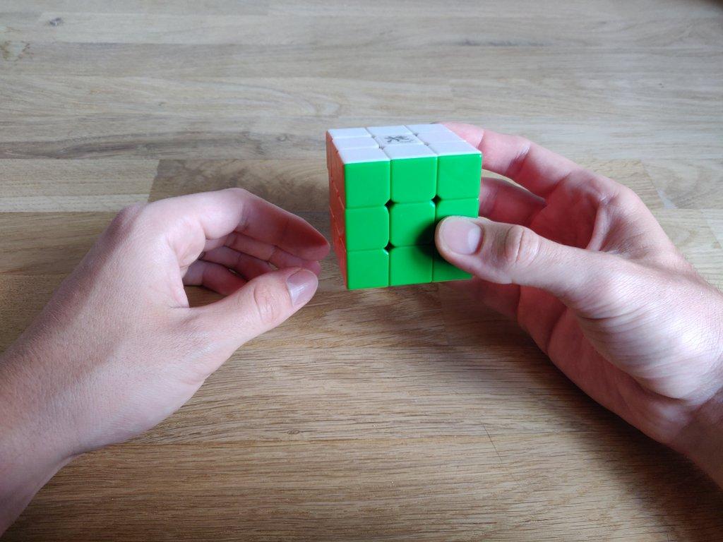 Mit einer letzten Drehung kannst du den Würfel wieder komplett lösen.