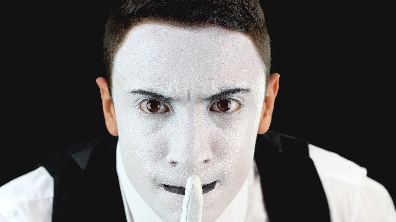Weiß geschminkter Zauberer