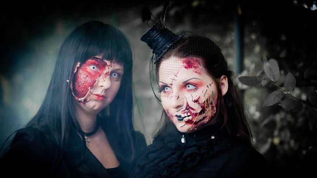 Zwei Zauberinnen mit Make-up¹